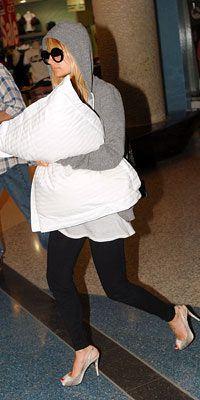 Nicole Richie  Eğer uzun bir yolculuk yapacaksanız, yastığınızı mutlaka yanınıza almalısınız. Nicole gibi pamuklu tayt giyerek, şık ve rahat bir seçim yapabilirsiniz.